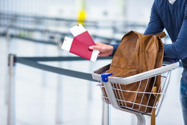 Багаж и паспорт с билетами
