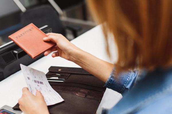 Девушка подает паспорт