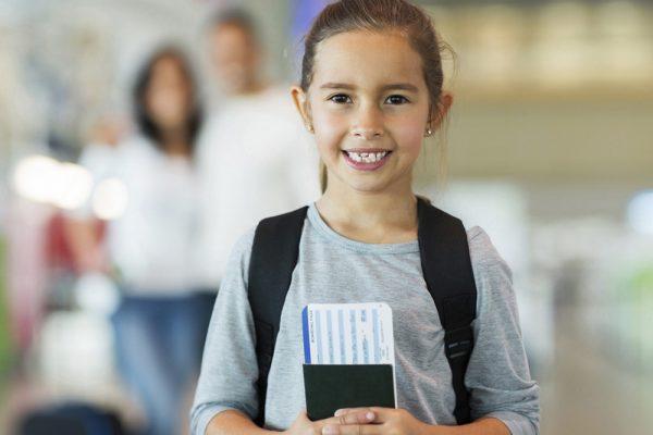 Ребенок с билетом
