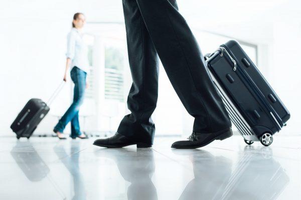 Деловые люди с чемоданами