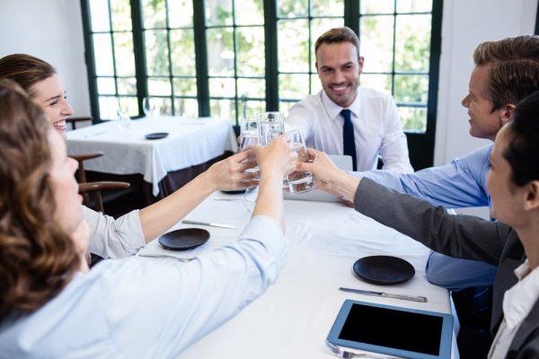 Деловые люди в ресторане