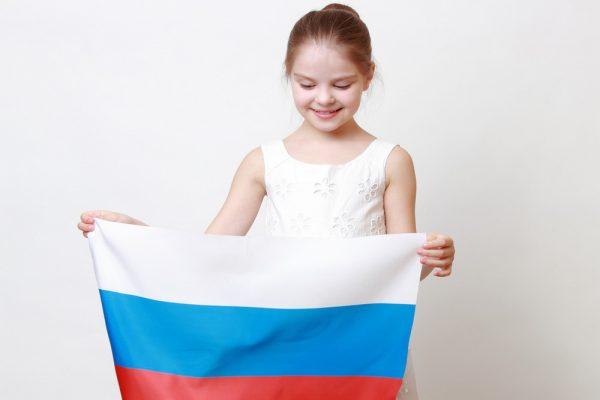 Девочка с флагом России