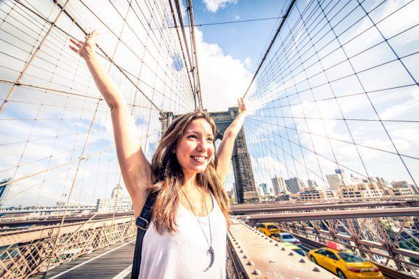 Девушка на Бруклинском мосту