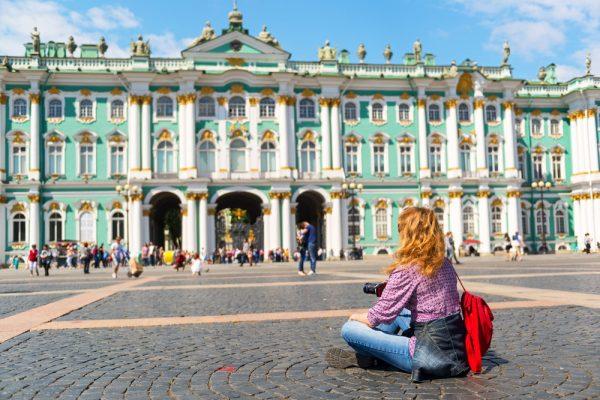 Девушка перед Зимним дворцом
