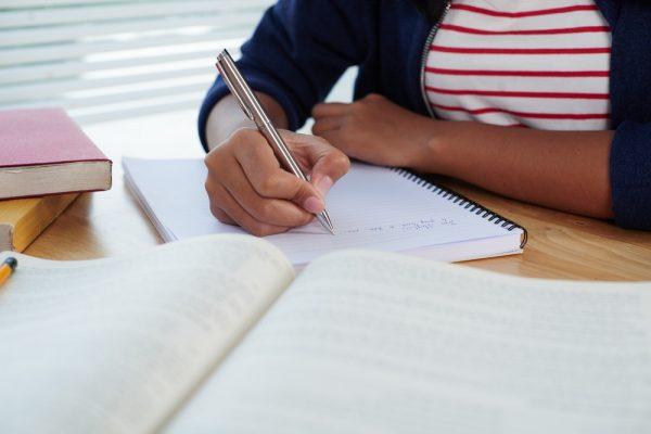 Девушка пишет конспект