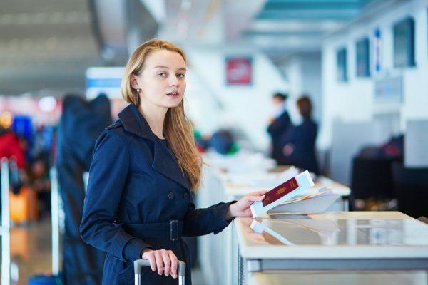 Девушка с паспортом и билетами
