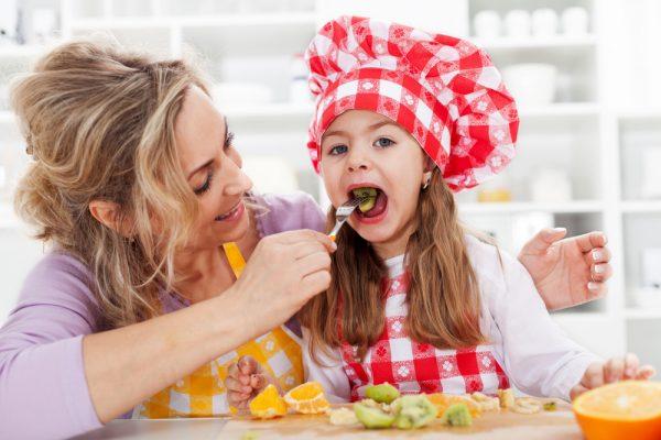 Девушка с ребенком на кухне