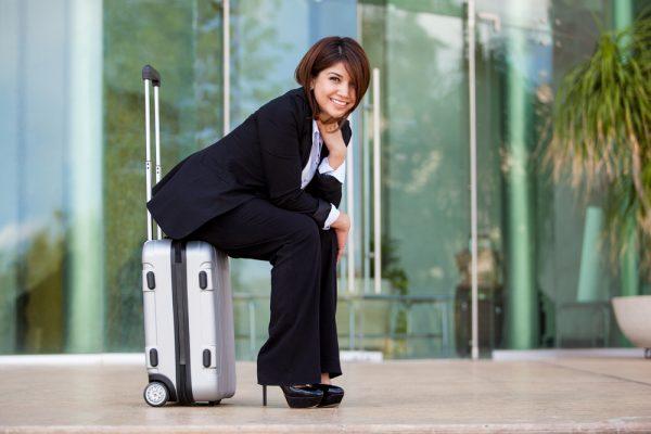 Девушка в костюме в аэропорту