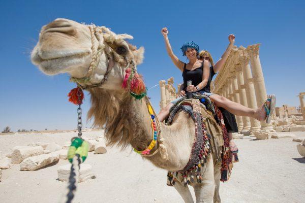 Девушки на верблюде