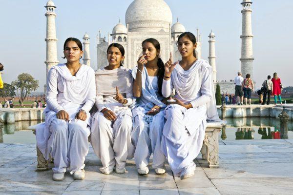 Девушки у Тадж-Махала