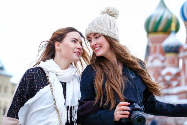 Две девушки в Москве