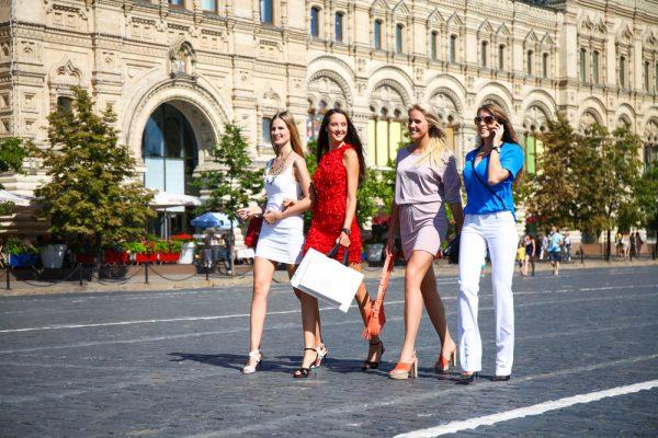 Компания девушек в Москве