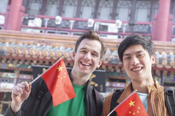 Люди с флажками Китая
