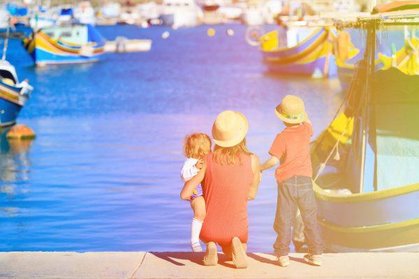 Мама с детьми на Мальте