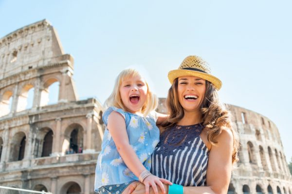 Мама с дочкой у Колизея