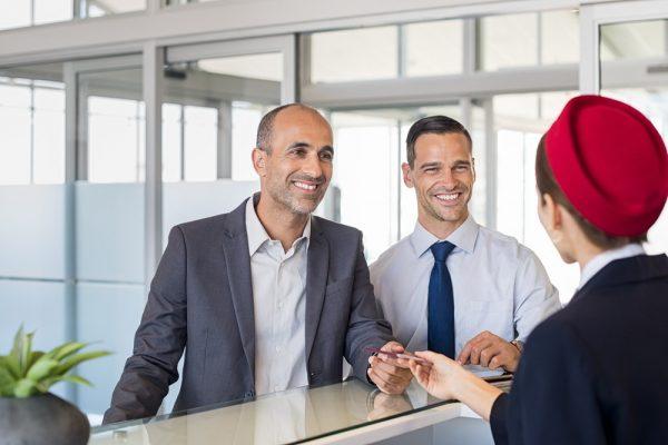 Мужчины за стойкой регистрации