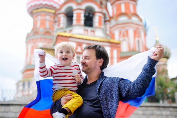 Отец и сын с флагом РФ