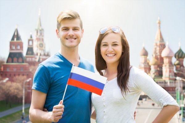 Пара с флагом РФ