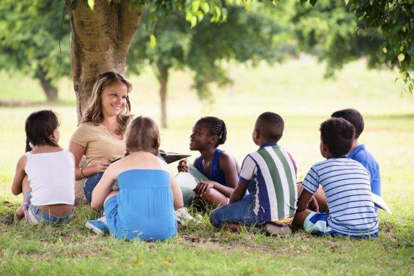 Учитель с учениками на природе