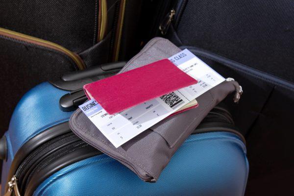 Чемодан и паспорт