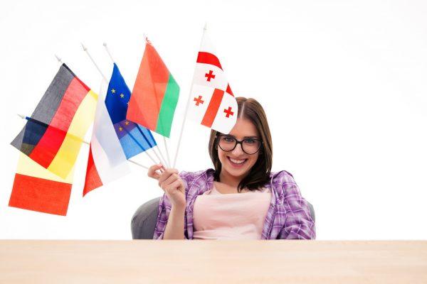 Девушка с флагами разных стран