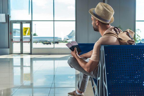 Мужчина в аэропорту