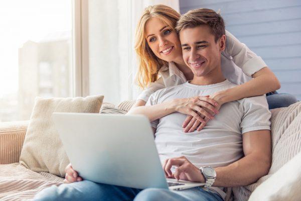 Пара с ноутбуком