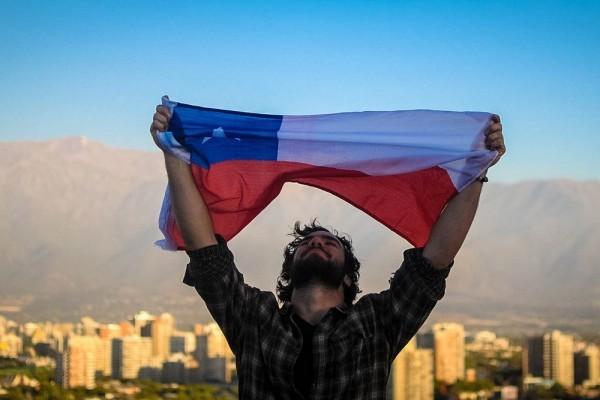 Мужчина с флагом Чили
