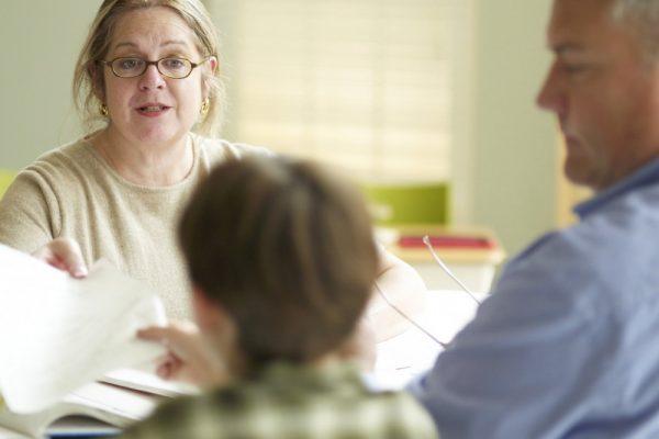 Учитель и родитель с ребенком